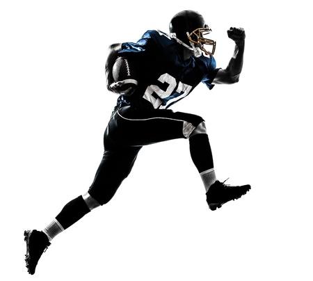 uniforme de futbol: un hombre cauc?sico de f?tbol americano jugador que corre en el estudio de la silueta aislado en el fondo blanco