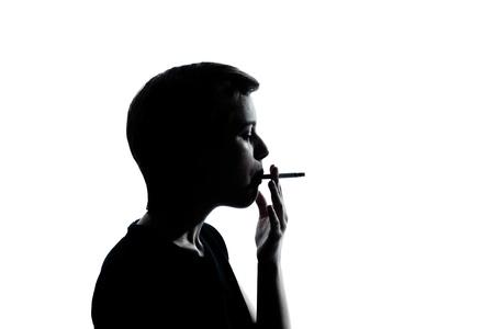joven fumando: un chico joven cauc?sico silueta de adolescente o un retrato de ni?a en el taller de corte aisladas sobre fondo blanco