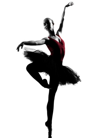 silueta bailarina: una mujer cauc?sica joven bailarina de ballet bailarina bailando con tut? en el estudio de la silueta sobre el fondo blanco