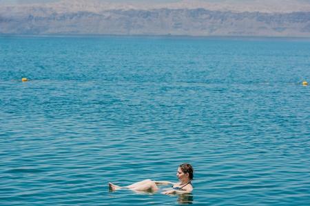 Eine Frau Schwimmen Baden im Toten Meer Jordanien Standard-Bild - 20519525