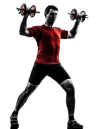 un hombre caucásico ejercicio de entrenamiento con pesas en el fondo blanco