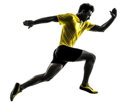 白い背景の上にシルエット スタジオで実行されている 1 つの白人男性若いスプリンター ランナー