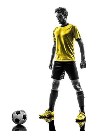 흰색 배경에 실루엣 스튜디오에서 한 브라질 축구 축구 선수 젊은 남자