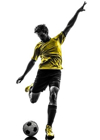 ein junger Mann des brasilianischen Fußballfußballspielers, der in Schattenbildstudio auf weißem Hintergrund tritt