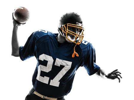 uniforme de futbol: un hombre cauc?sico quarterback americano tirando jugador de f?tbol en el estudio de la silueta aislado en el fondo blanco