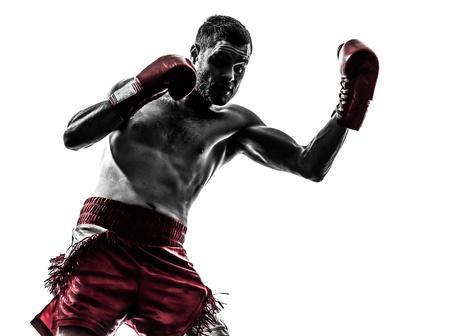 guantes de box: un hombre cauc?co ejercicio thai boxing en estudio de la silueta sobre fondo blanco