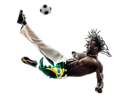 흰색 배경에 축구를 걷어 한 브라질 남자 흑인 축구 선수 스톡 콘텐츠