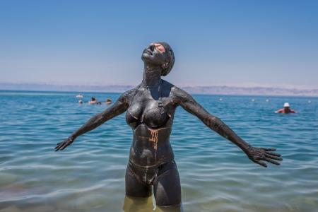 Ein kaukasisch Frau, die Anwendung Schlamm vom Toten Meer K?rpflege Behandlung in Jordanien Standard-Bild - 20726068