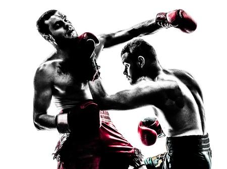 arte marcial: dos hombres cauc�sicos que ejercen thai boxing en el estudio de la silueta sobre fondo blanco