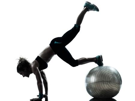 muskeltraining: ein caucasian Frau Aus?bung Fitness-Ball Workout Haltung in Silhouette Studio isoliert auf wei?em Hintergrund