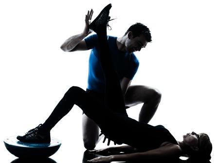 aide � la personne: caucasien instructeur d'a�robic avec femme m�re exercice entra�nement de fitness en studio silhouette isol� sur fond blanc