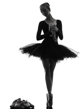 ballet ni�as: una mujer cauc?ca joven bailarina de ballet bailarina bailando con tut? el estudio de la silueta sobre el fondo blanco Foto de archivo