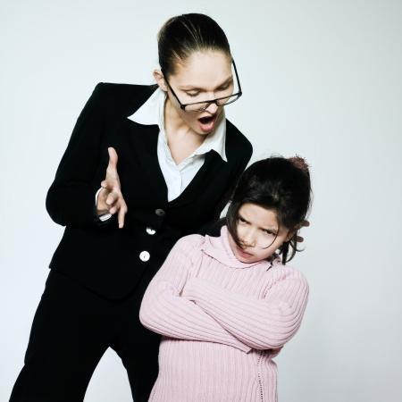 arrogancia: ni?era madre maestra mujer ni?o conflicto dipute problemas de la educaci?n Foto de archivo