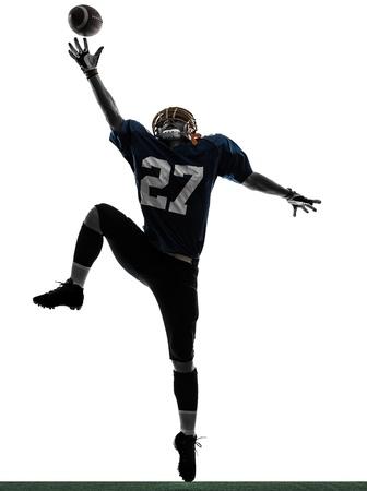 jugador de futbol americano: un jugador de f?tbol americano cauc?sico hombre captura de recibir en el estudio de la silueta aislado en el fondo blanco Foto de archivo