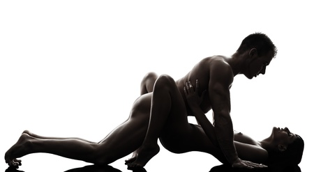 sexuales: un hombre caucásico mujer actividad amor postura kamasutra sexual en la silueta del estudio en el fondo blanco