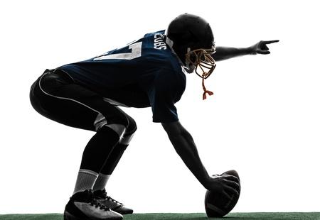 futbolista: un centro de jugador de f?tbol americano hombre en el estudio de la silueta aislado en el fondo blanco