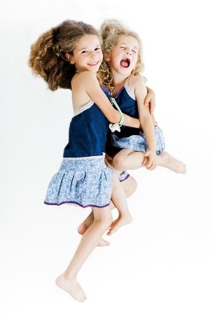 petite fille avec robe: caucasien petite fille cheer up câlin soeur studio isolé sur fond blanc Banque d'images