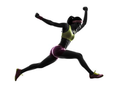 deportista: una mujer caucásica running salto gritando en la silueta en el fondo blanco