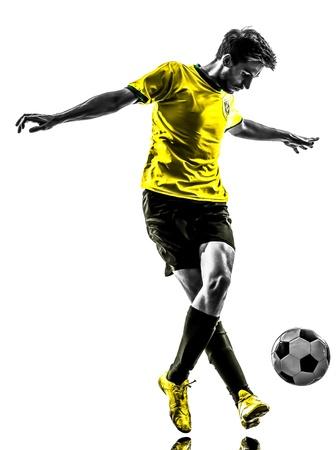 futbolista: una brasile?a de f?tbol jugador de f?tbol joven en el estudio de la silueta sobre fondo blanco