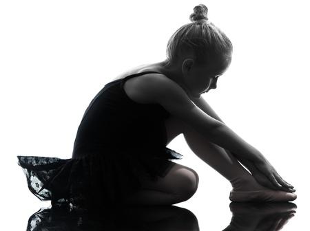 málo: jedna jedna holčička balerína balet tanečnice tančí v silueta na bílém pozadí Reklamní fotografie