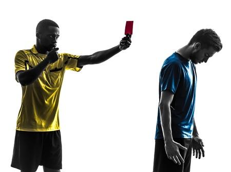 twee mannen voetballer en scheidsrechter die rode kaart in silhouet op een witte achtergrond Stockfoto