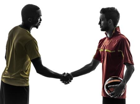 saludo de manos: dos hombres futbolista jugando al f�tbol la competencia apret�n de manos apret�n de manos en la silueta en el fondo blanco