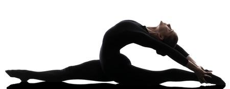 gymnastik: ein kaukasisch Frau praktizieren Schlangenmensch Gymnastik Yoga in Silhouette auf wei�em Hintergrund