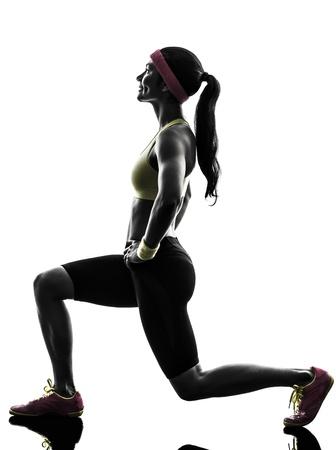 lunges: una mujer que ejercita entrenamiento estocadas agazapado en silueta sobre fondo blanco