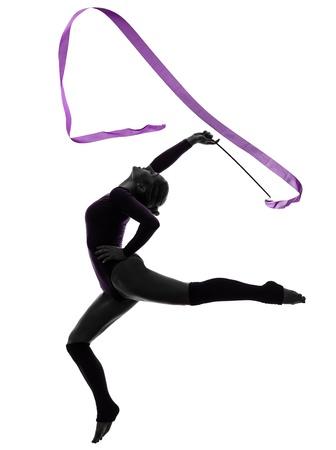 gimnasia: una mujer cauc?sica ejercicio de gimnasia r?tmica con la cinta en el estudio de silueta aislados sobre fondo blanco