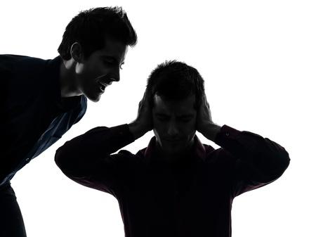 esquizofrenia: cauc?sico dos hombres j?venes dominaci?n concepto sombra de fondo blanco