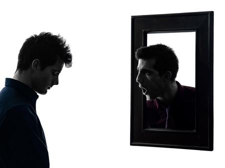影の白い背景で彼の鏡の前で男