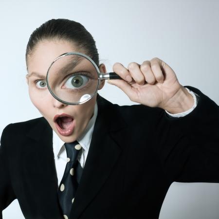 examen de la vista: estudio disparo retrato de una mujer cauc?sica joven