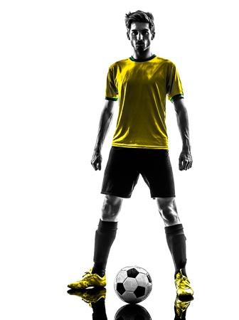 fútbol jugador: una brasileña de fútbol jugador de fútbol joven desafío que se coloca en estudio de la silueta sobre fondo blanco