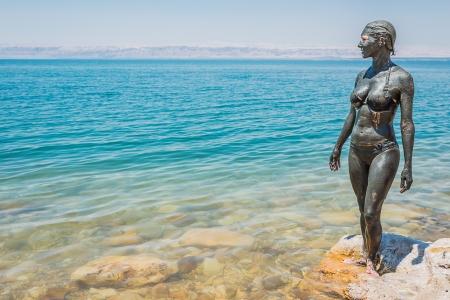 Una donna caucasica con il mare di fango corpo trattamento di cura Morto in Giordania Archivio Fotografico - 21964868