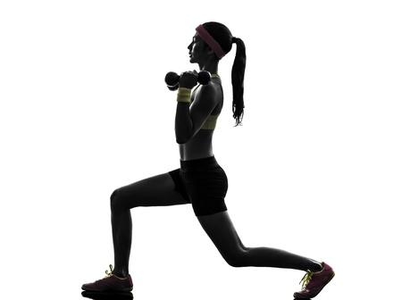 lunges: una mujer el ejercicio de entrenamiento de la aptitud lanza cuclillas entrenamiento con pesas en la silueta en el fondo blanco