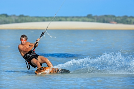 jonge en talentvolle kitesurfer in Brazilië Tatajuba, Jericoacoara Ceará