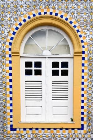 casa colonial: ventana de la casa del centro hist?rico de la ciudad de Sao Luis de Maranhao en Brasil Foto de archivo