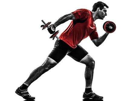 cuerpo completo: un hombre cauc?sico ejercicio de entrenamiento con pesas en el fondo blanco