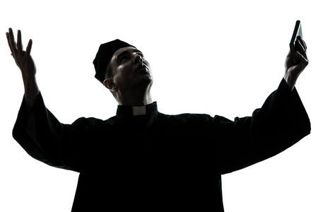 hombre orando: un hombre cauc?sico silueta orante-sacerdote en el estudio aislado sobre fondo blanco Foto de archivo