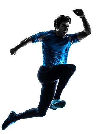 ジョギング白い背景で隔離のシルエット スタジオで叫ぶスプリントを実行している 1 つの白人男性