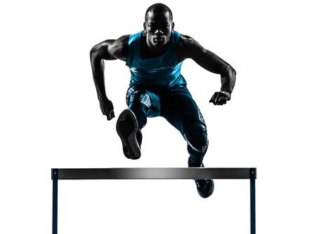 atleta corriendo: un hombre vallista africano que se ejecuta en estudio de la silueta aislado en el fondo blanco Foto de archivo
