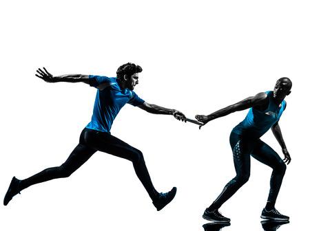 relevos: dos hombres transmiten velocista corriendo en estudio de la silueta aislado en el fondo blanco