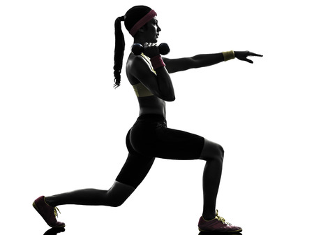 lunges: una mujer que ejercita entrenamiento se lanza en la silueta en el fondo blanco