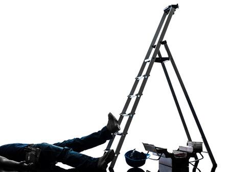 escaleras: un accidente manual de hombre trabajador que cae de la escalera en la silueta en el fondo blanco