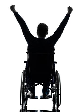 personas discapacitadas: un hombre de armas con discapacidad plantearon retrovisor en estudio de la silueta sobre fondo blanco