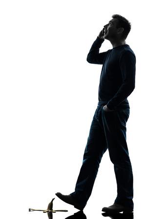 부주의 한: 흰색 배경에 실루엣 스튜디오에서 전화 한 사람의 부주의 남자 산책
