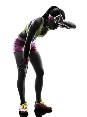 deportista: una mujer caucásica corredor correr cansado sin aliento en la silueta en el fondo blanco Foto de archivo