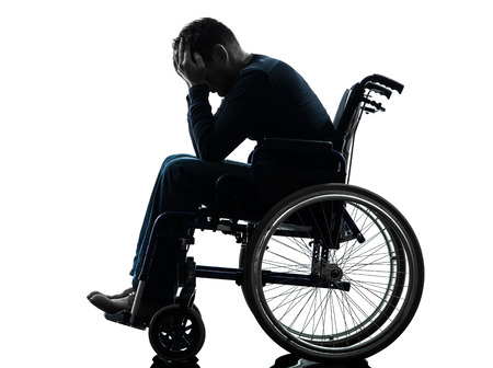 persona en silla de ruedas: una cabeza de hombre con discapacidad en las manos en el estudio de la silueta en el fondo blanco