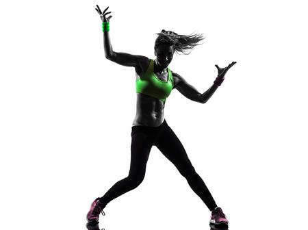 bailarines silueta: una mujer caucásica que ejercita aptitud del zumba baile en la silueta en el fondo blanco Foto de archivo