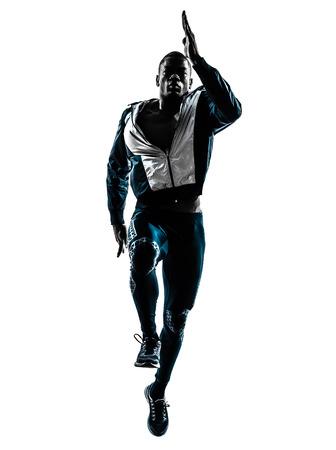 ein kaukasisch Mann läuft Sprinten Joggen im Studio Silhouette auf weißem Hintergrund